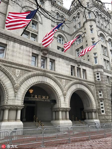 这家特朗普国际酒店位于首都华盛顿,是特朗普集团最新开张的一家酒店,每晚的住宿价格在500镑。酒店一共有263间客房,每间客房都安装了636镑的三星电视,但是制造地却是墨西哥的提华纳。就在不久前,特朗普还批评美国的厂商把工作机会拱手让给墨西哥。