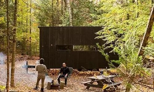 NO1 坐落在深山老林里的一栋集装箱改造房,内部空间虽不大,但该有的都有了。