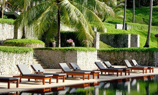 最好的定制疗养:安缦普瑞度假村(Amanpuri),泰国普吉岛    安缦普瑞度假村(Amanpuri)坐落于普吉岛西海岸,是一个拥有独特地貌的泰国疗养胜地。这里四季明媚,别墅群掩映于幽静的椰树种植园中。追求静谧的旅人可以从这里眺望蔚蓝而广阔的安达曼海域,一定能体验到悠然的隐士之感。  这里的spa注重个性化订制,课程涵盖四大主题净化、心理意识、健康和体重。治疗方法也是多种多样的,从拳击到按摩,从静默疗法到与禅者会话,一切根据客人的需求而定。