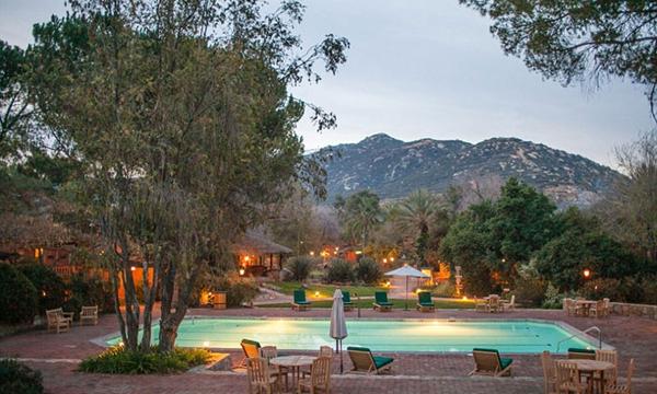 """最棒的健身计划:Rancho La Puerta 温泉度假村,墨西哥下加利福尼亚半岛    坐落在 Koochuma 山麓,这个充满灵气的度假村被描述为""""北美洲最古老的温泉度假胜地""""。  拥有卵石、草场、树林等各种地貌,你可以在占地三千亩的私人领地上远足、练练普拉提或是拳击等,让自己的眼睛和双脚尽情释放。  这里还专门设有健身房,游泳池以及一个水疗和冥想的空间,你的身心可以在此充分地锻炼和休息。度假村的食物也是如此,在考虑美味的同时又兼顾健康的要求。"""