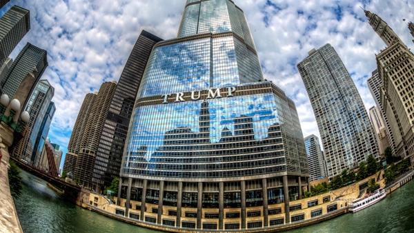 芝加哥这个有着帝国气派的川普大楼只是众多以川普命名的大楼中的一个而已。新总统遍布美国及世界各地的川普大楼从另一方面也证明了他的实力和风格。而这些大楼比川普本人更加招摇、高调、奢华。
