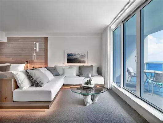1 Hotels in Miami South Beach  酒店的选址非常考究,目前两家家1 Hotels都位于热门目的地,迈阿密南海滩、纽约中央公园 。以迈阿密南海滩的这间1 Hotel为例,酒店的各个部分都讲求生态环保。自然光线在酒店得到最大化的使用,大堂使用的木材来自美国东海岸的再生橡木,客房内有再生纸板做成的衣架,其他使用的木材、床品也全部来自纯天然材质,洗浴用品也装在可循环利用的瓶子里。食材就更不必说,在地化、从农场到餐桌是这里的概念,大堂更有Farmstand提供当地农夫市集的产品。宠物也在酒店受到礼遇,专业的宠物礼宾团队会照顾好你的家庭成员,甚至有专门的Yappy-Hour让你的宠物在旅途中不显孤单。