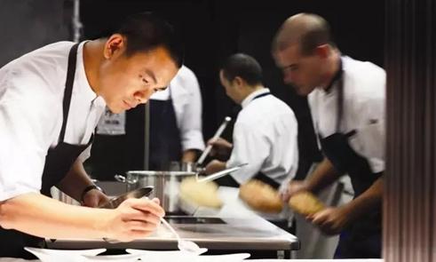 他两度被《时代》评为亚洲最伟大的厨师 却迷失在作秀中