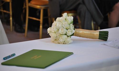 经理的困惑:如何解决婚宴与会议的冲突?