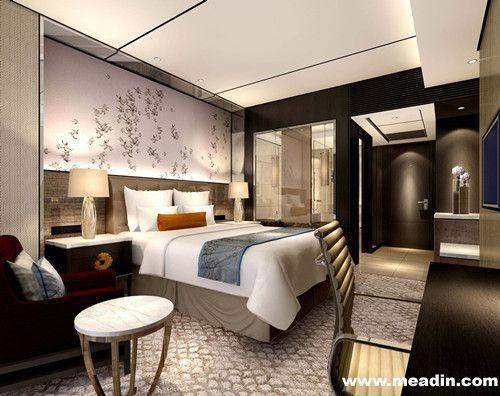 身着中国传统服饰旗袍的迎宾员工在酒店大堂迎接宾客的到来.